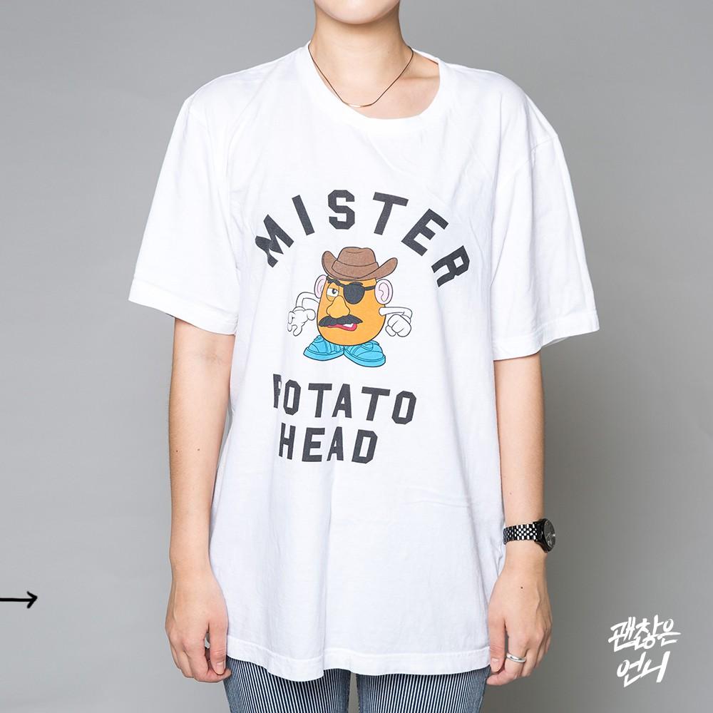 ▶ 領口 選T-shirt的時候尤其要注意領口,特別是最近流行oversize,很多領口都會偏大,這樣很容易看起來沒有精神或是衣服鬆鬆垮垮的