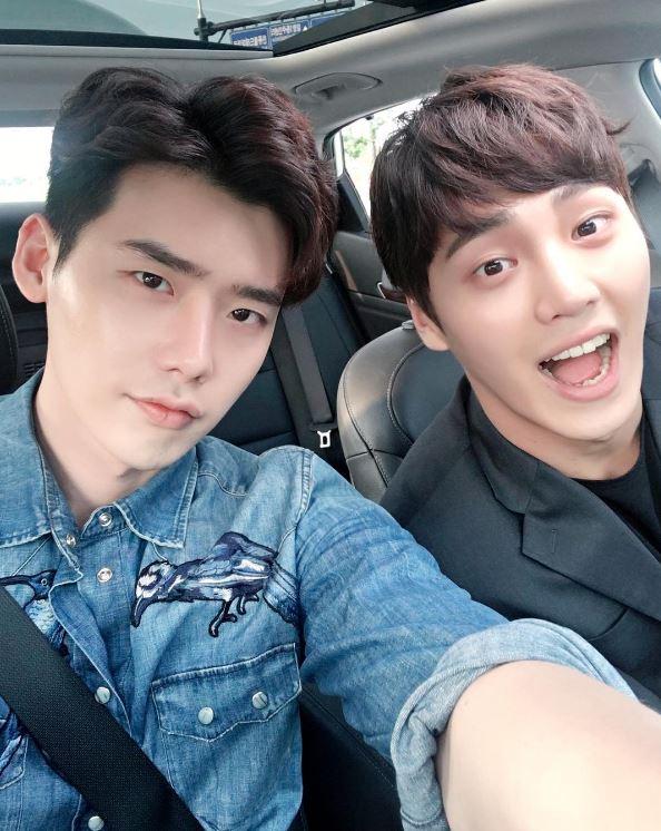 在韓劇所有播出的時段中,水木劇(週三週四播出的戲劇)通常競爭最激烈,三大電視台的好劇很多都是推這個時段,然而過去推出許多經典水木劇的SBS,今年可說是被KBS《太陽的後裔》和MBC《W》搶走啦!