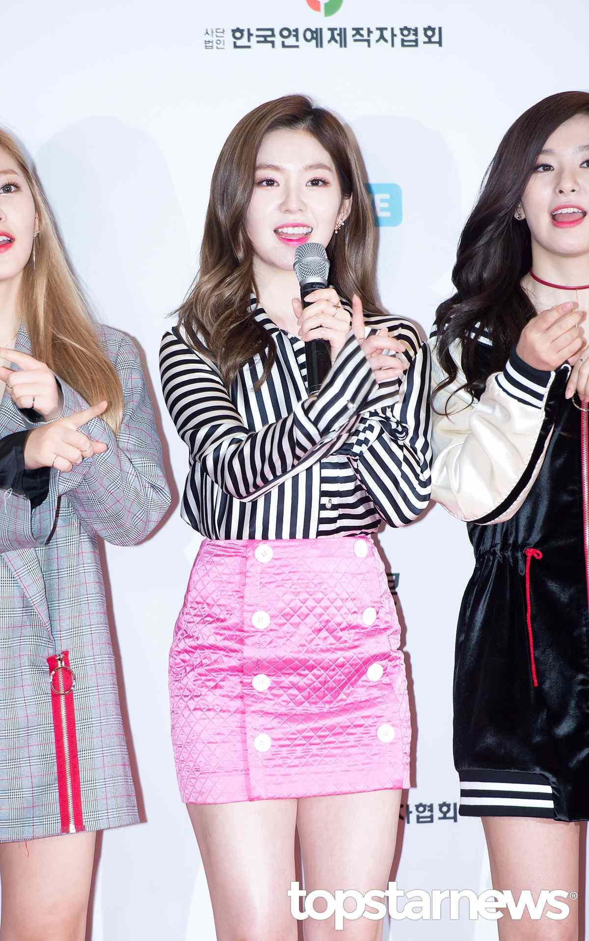 雖然不懂Irene這套格菱紋的緞面裙子…但還是要稱讚一下,避免人家說我們不懂時尚啊!而且其實Red Velvet的服裝雖然有時候很考驗大眾美感,但據說出道初期不少衣服是滿滿親自去國外挑回來的名牌啊!(失敬,失敬~)