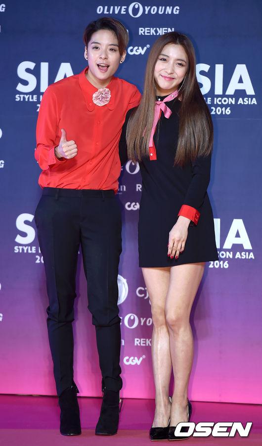 雖然SM偶爾出包的造型,旗下藝人都輪得到~f(x)的Luna和Amber這一套和前面相比,除了顏色讓人覺得很跳tone之外好像沒有什麼不合理…但你自己看看他們的背版,她們參加的可是「亞洲時尚代表的頒獎典禮」