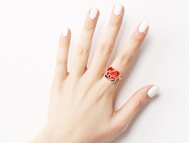 此外,還有一種戒指,當你戴它的時候,無論你戴在哪裡都不具備任何意義,這種戒指就是一般的花戒,起到一種裝飾的作用,可以戴在任何你想戴的手指上哦^^