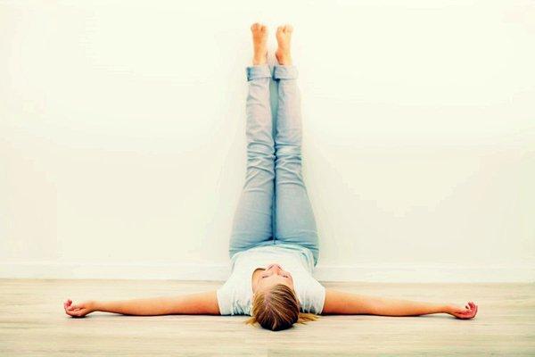 看起來好像很長的樣子,其實「抬腿靠墻」非常簡單! 只需要躺下抬起雙腿併攏靠墻就好啦:-D 但是功效卻不一般呢^^