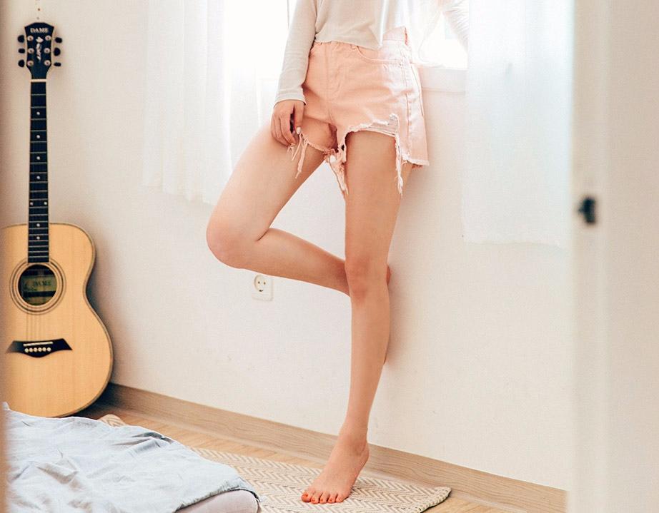 ① 緩解雙腿水腫(特別是大腿部分) 低血壓、每天長時間坐著的人,做這個動作再好不過了! 通過倒立的雙腿,促進體液的流通,所有的水腫等不適都可以得到緩解喲。