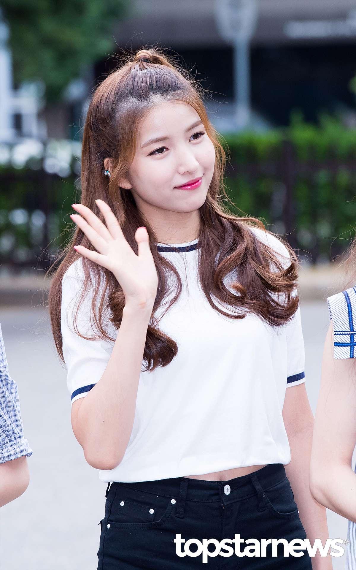 GFRIEND的Sowon給我們展示半扎髪,如果你已經厭煩了軟塌塌的長髮的話,一定要試試哦~
