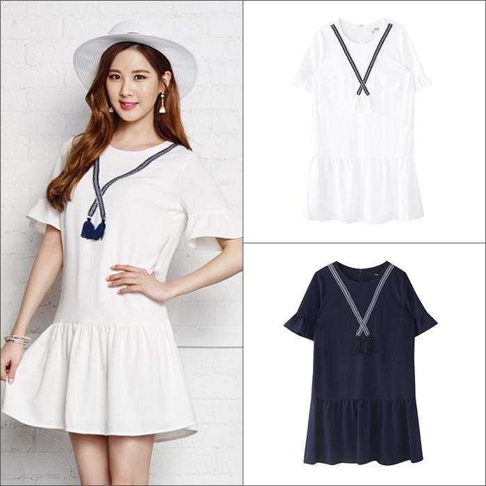 海軍風連衣裙根本是今年夏天的必入款,不管是深色還是白色都好看。而且袖口還加上了荷葉邊可愛又不失女人味呢