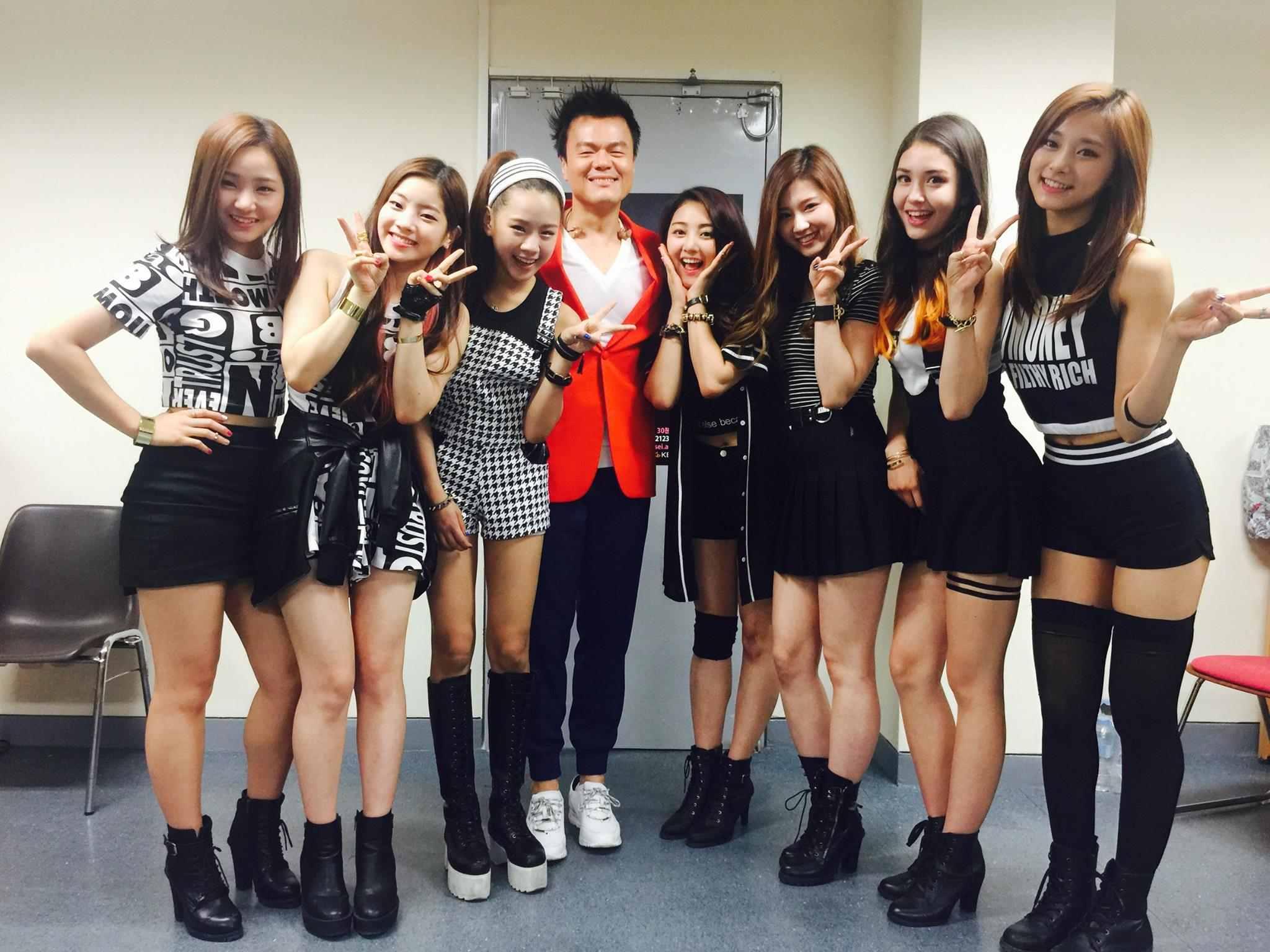 因此在出道前遇到兩次女團出道又生變的過程,JYP當時決定改以選秀節目的方式打造旗下繼missA之後5年再度推出的女團,而該節目就是大家熟知的TWICE出道節目《Sixteen》