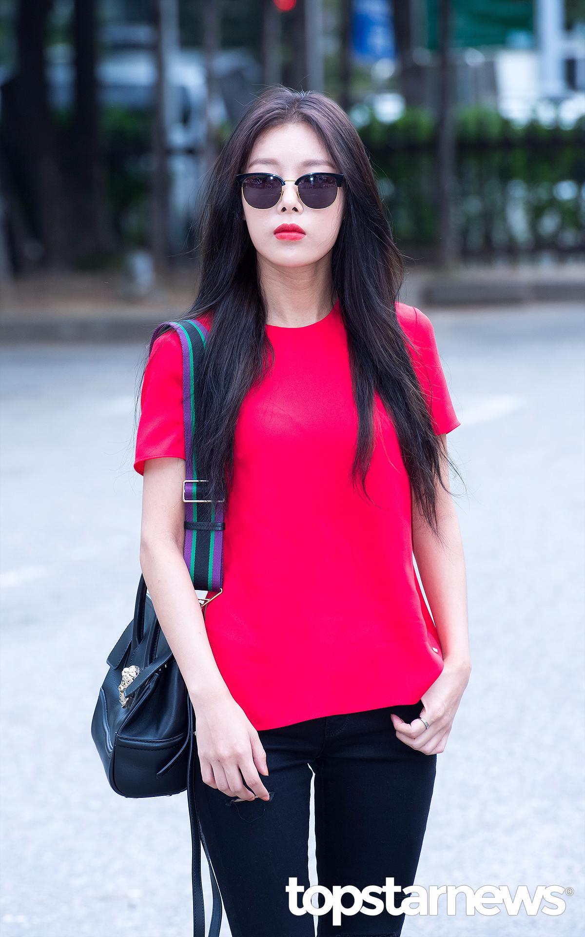 凸顯帥酷感的強烈紫紅色 婑斌從頭到腳都以黑色係為主,唯獨紫紅色的T恤衫十分搶眼,打造出帥氣爆棚的時尚范!下身的褲子稍稍撕裂,和紅唇妝一起為整體造型增加亮點。這身時尚穿搭更加凸顯了婑斌獨有的帥酷魅力!