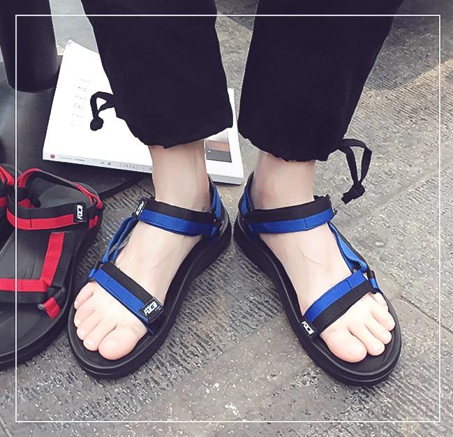 #涼鞋 近期身受韓國人喜愛的涼鞋,其實有些女生看到男生穿還是會覺得很疑惑啊~尤其是配上襪子....這太前衛了很多人無法接受啦XDDD