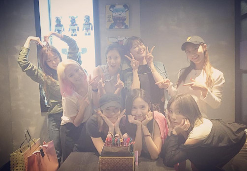 而「旭日旗」事件后,少時的其她成員也都停止更新SNS,與此同時,也有很多網友在擔心曾經在離隊前跟Tiffany是至親的Jessica近況。