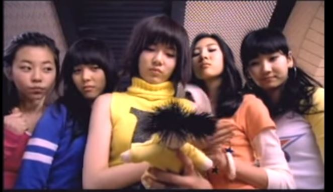 在Wonder girls開始沒有多久,就遇上了泫雅因為健康因素,不得不離開Wonder girls,最後離開JYP,並加入了新成員婑斌。(不過泫雅至今仍和WG成員保持聯繫,關係仍非常好)