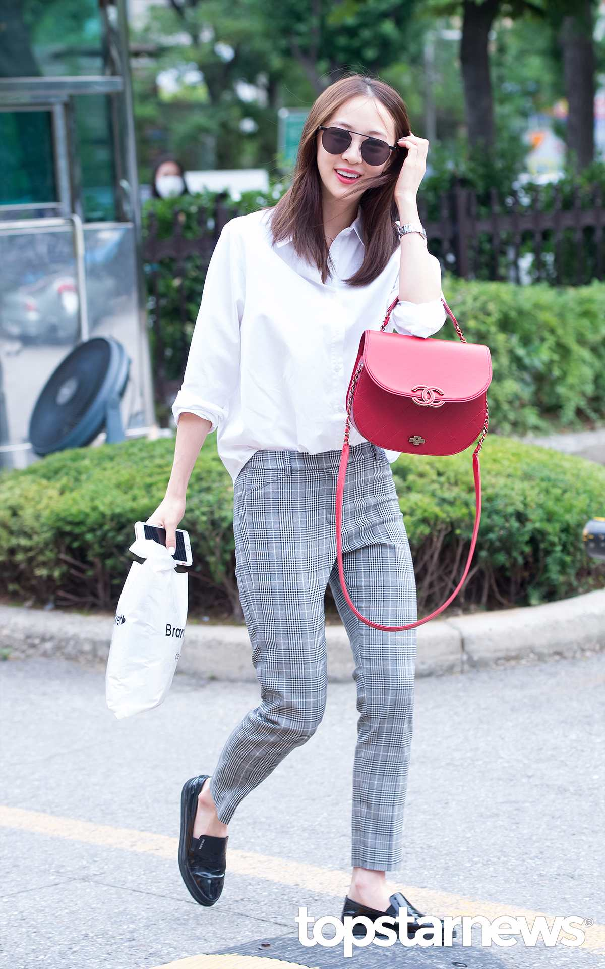 白襯衫+偏正式的西褲+樂福鞋,特別適合OL上班族。