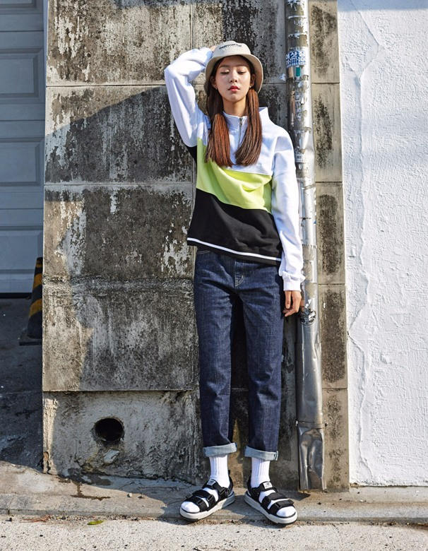 ►涼鞋 如果有在路上看到韓國人的話,應該不難發現他們夏天就是人腳一雙涼鞋啊~最多人選擇的就是黑色和白色,好搭又部會出錯。如果你想要更潮一點,那可以先穿上襪子再穿上涼鞋,街頭最潮的人就是你啦!