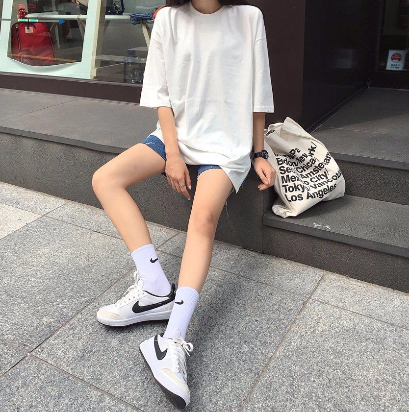 ►球鞋配中筒襪 球鞋可別只再穿隱形襪啦!在韓國女生都會先穿上過腳踝的襪子,再配上球鞋,這樣可愛感100%!