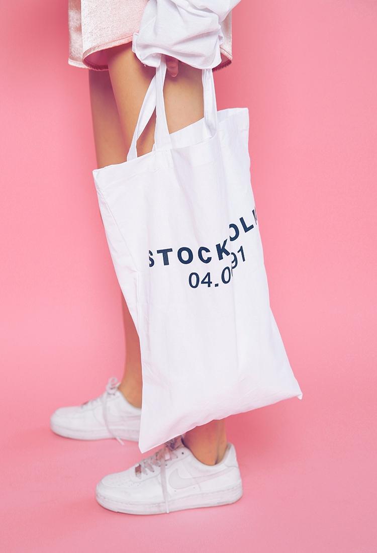 ►側背帆布包 如果是喜歡休閒裝扮的人,絕對不能錯過的就是側背的帆布包啊~簡單一咖就可以裝進很多東西,而且能夠呈現出隨意不拘的感覺,可說是近期韓國年輕人非常喜歡的包款喔!