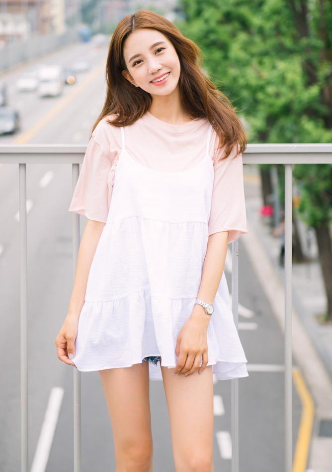 甜美韓風絕對是超人喜歡,純色T加上細肩帶背心的層次法,有種隨心的層次感,配上球鞋或涼鞋就能輕鬆上課!