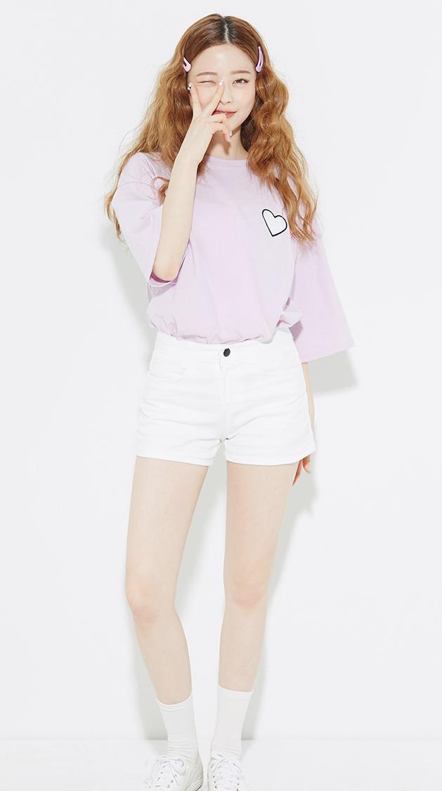 小圖案粉色T與白褲LOOK是經典韓妞裝扮,重點是襪子與休閒鞋的搭配一定要學起來!