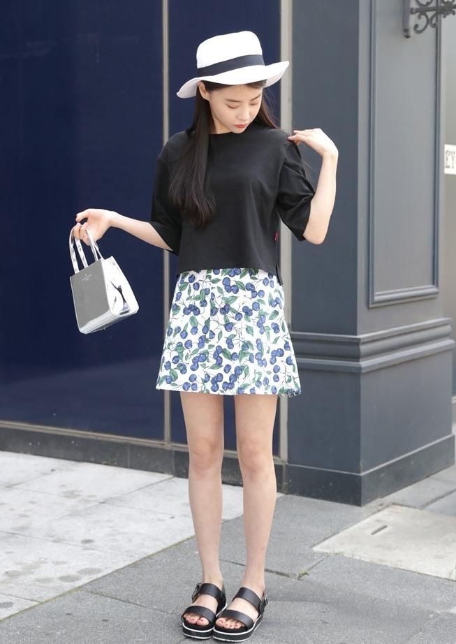 遮屁股超強單品一定就是A字裙了,挑選稍有印花圖案的可以提升整體活力感,上衣搭配單色衣就很好看囉!