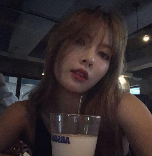 而泫雅卻在最近的實境節目《泫雅X19》中爆出了跟至親男性友人深夜約會,喝酒暢聊。