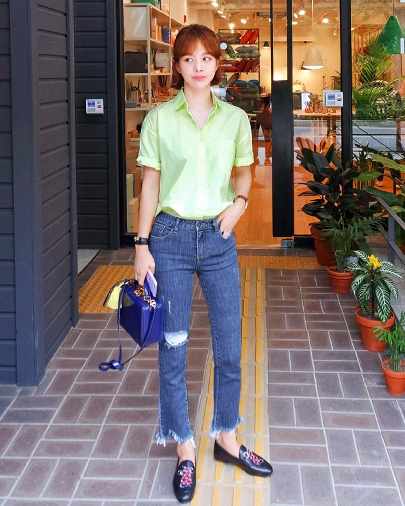 襯衫 X 牛仔褲 把襯衫衣角完全扎進牛仔褲裡,非常的簡潔幹練,給人一種很清爽的感覺~
