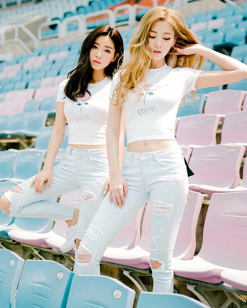 短款白色緊身T恤搭配淺色牛仔褲,可以拉長腿部線條...而且整體顏色搭配非常的清新減齡!