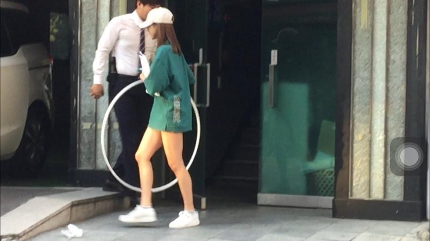 最近Mina被粉絲拍到拿著疑似體操道具的環進出公司..