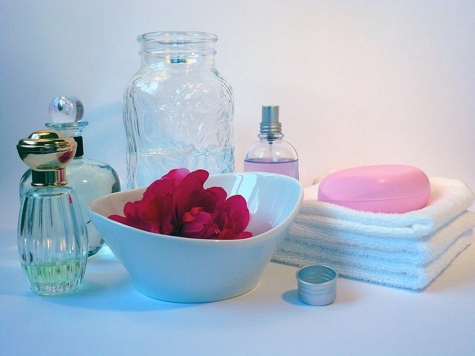 ✪ 花瓣澡 洗澡時在盆裡撒些花瓣,在古代的時候女生就喜愛用玫瑰花來香身,這是很多古代宮廷后妃經常用的方法,楊貴妃在華清池以玫瑰香湯沐浴,令六宮粉黛都無顏色了呢:-D