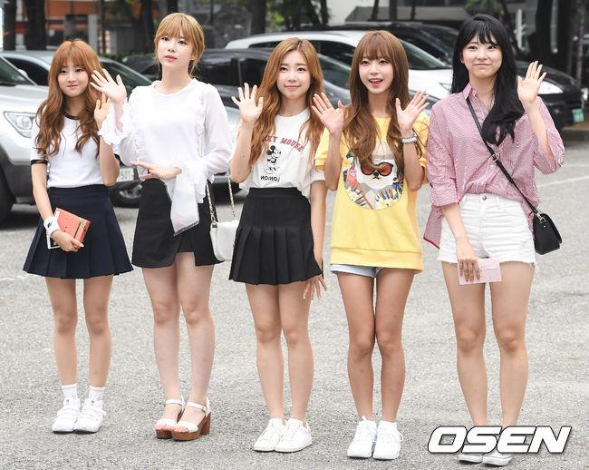 這組新人女團就是I.B.I啦! 今年8月18日推出首張單曲《MOLAE MOLAE(몰래몰래)》並出道的她們,是LOEN娛樂推出的特別企劃女團~