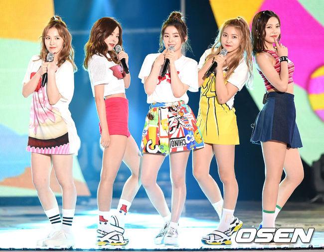公司怕太多粉絲提前聚集,旗下藝人在28日晚上無預警的搭機前往夏威夷!即將在9月回歸的Red Velvet也在參與名單中~~