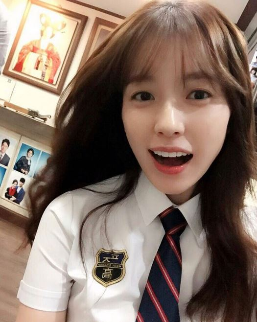 前陣子經紀公司還上傳了這張韓孝周身穿校服的自拍照,讓許多韓國媒體和韓國網友們都紛紛稱讚韓孝周的童顏外貌~~