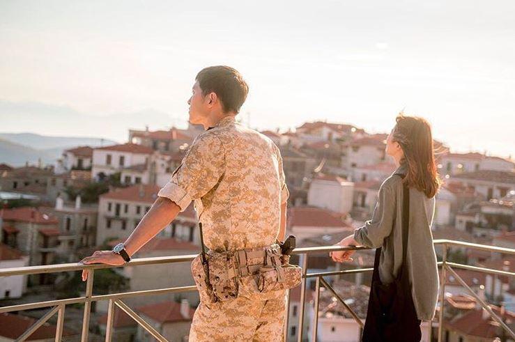 宋仲基在《軍艦島》中再度演出軍人角色,飾演為了救出獨立運動的重要人物,潛入軍艦島的獨立軍-朴武泳,想念穿著軍服的宋太太們別忘記之後要去看啊~~~