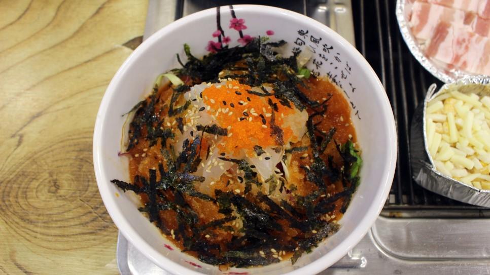 而且「有青才敢大聲」,生魚片拌麵的味道更是一絕,和日式生魚片不同,韓式生魚片強調新鮮魚片搭配醬料的酸甜鮮味,口感無負擔又開胃