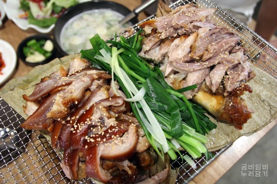 蓮葉豬腳(大)(37,000韓元 光是看先送上的小菜,就讓人對即將上桌的主菜「豬腳大人」期待值上升。蓮葉豬肉店家不僅貼心的先幫大家分好部份,讓喜歡吃皮、瘦肉的客人可以方便挑選