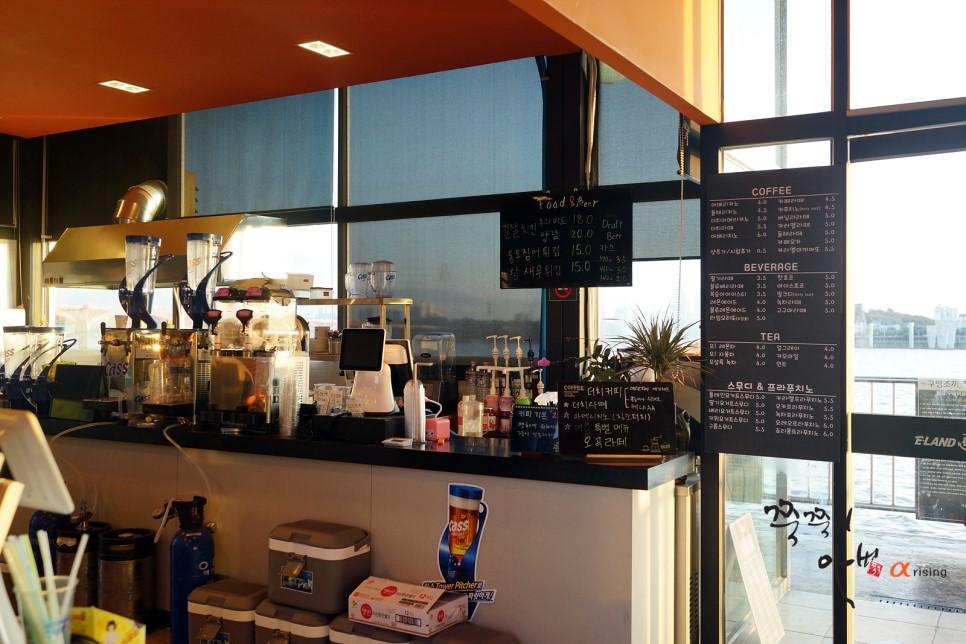 在江邊也有咖啡廳,可以在這邊享受悠閒